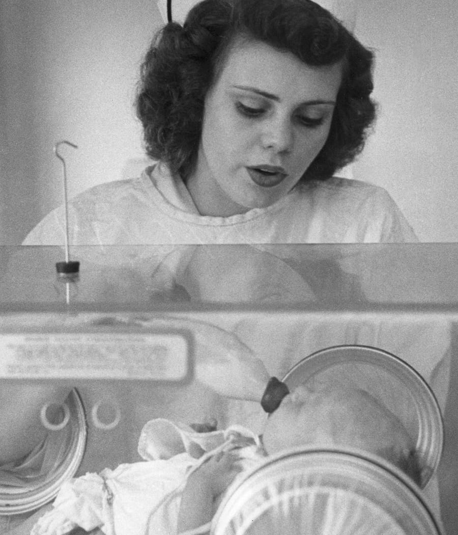 1951 Esther Bubley feeding isolette