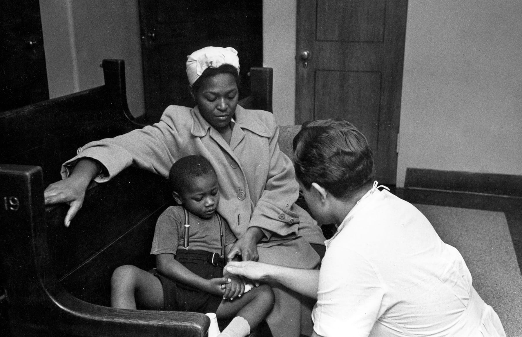 1951 Lee Bass talks to patient and mother